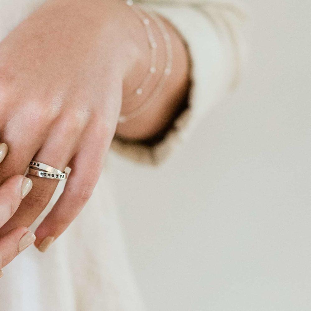 Verbundene Ringe mit Gravur